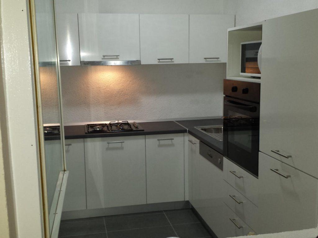 Bijela kuhinja s tamnim radnim plohama