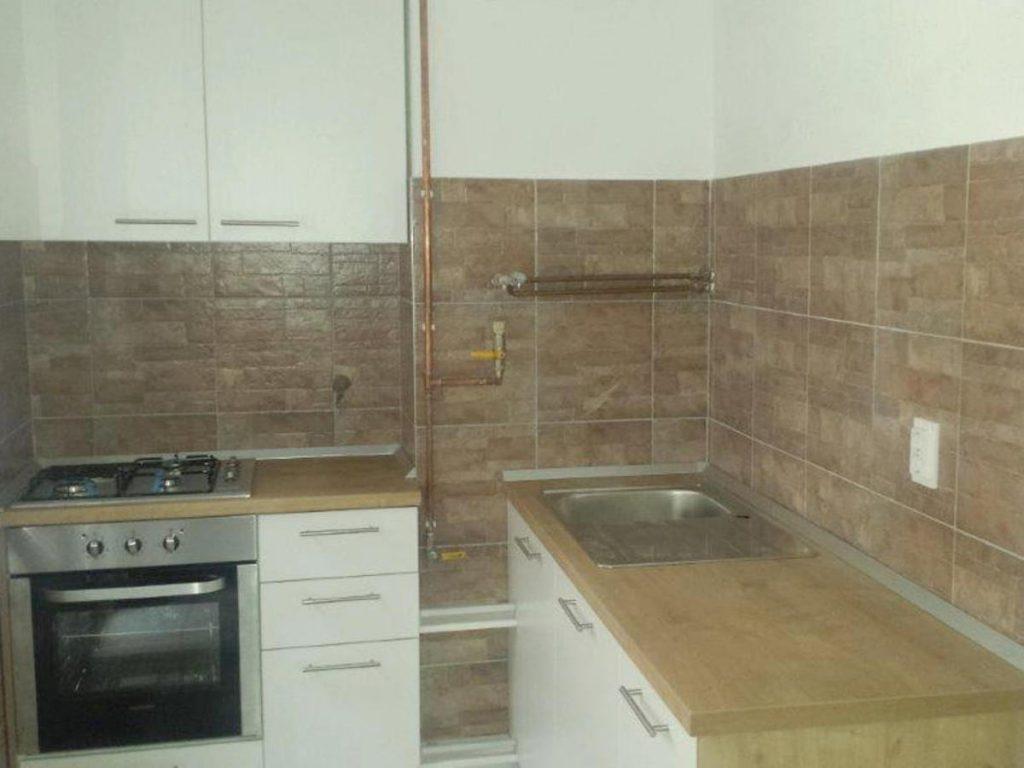 Kuhinja s kombinacijom drvenih i bijelih ploha